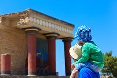 游人家庭在knossos宫殿 库存图片