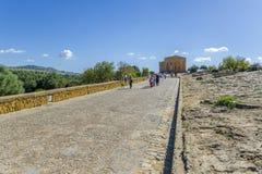 游人寺庙的参观谷,西西里岛 库存图片