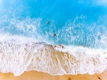 游人战斗挥动在一个海滩在莱夫卡斯州希腊 免版税库存照片