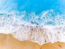 游人战斗wavest在一个海滩在莱夫卡斯州希腊 库存图片