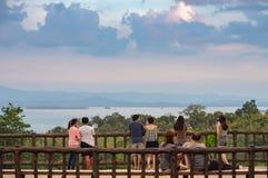 游人手表视图在Huay Mae khamin瀑布的Srinakarin水坝 库存图片