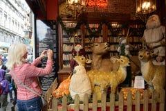 游人拍圣诞节装饰的照片 免版税库存照片