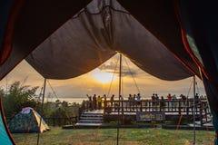 游人拍摄在Si Nakharin水坝的日出在Huay Mae kha 免版税库存图片