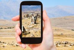 游人拍摄竖石纪念碑Zorats Karer亚美尼亚 库存图片
