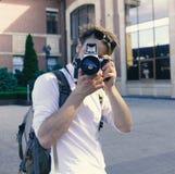 游人拍都市风景的照片 年轻旅行家或摄影师去观光 免版税库存照片
