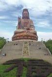 游人拜访了不起的菩萨,中国 免版税库存照片