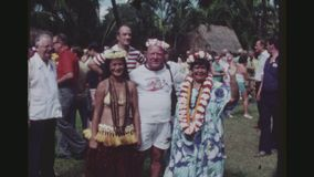 游人拥抱的Hula舞蹈家 股票视频