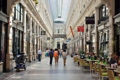 游人拥挤了与商店的画廊在海牙的中心 库存图片
