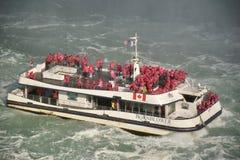 游人拥挤Hornblower渡轮的甲板在尼亚加拉河的 免版税库存照片