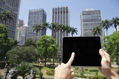 游人拿着触摸屏幕片剂圣保罗巴西市中心 免版税库存图片