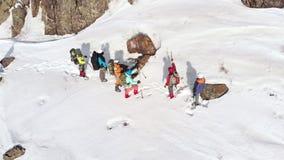 游人指向在他们进一步将被送的方向的滑雪杆 在他们上飞行quadcopter并且去除 股票视频