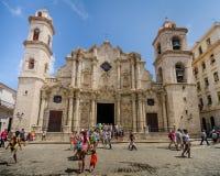 游人探索哈瓦那大教堂广场 库存照片