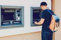 游人撤出从ATM的金钱进一步旅行的 财务,信用卡,撤退金钱 生活方式 库存图片