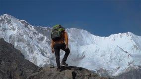 游人攀登在喜马拉雅山 影视素材
