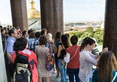 游人敬佩圣彼德堡看法上部colonnad的 库存照片