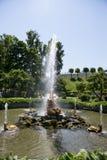 游人敬佩有氚核雕塑的温室喷泉, 图库摄影