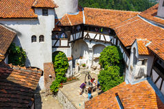 游人敬佩麸皮城堡也知道当德雷库拉城堡在布拉索夫,罗马尼亚附近 免版税图库摄影