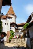 游人敬佩麸皮城堡也知道当德雷库拉城堡在布拉索夫,罗马尼亚附近 免版税库存照片