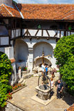 游人敬佩麸皮城堡也知道当德雷库拉城堡在布拉索夫,罗马尼亚附近 免版税库存图片