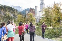 游人新天鹅堡城堡 免版税图库摄影