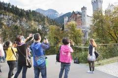 游人新天鹅堡城堡 免版税库存图片