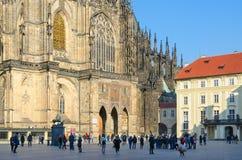 游人是在正方形在著名圣维塔斯大教堂金门海峡在布拉格城堡,布拉格,捷克 图库摄影