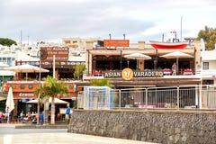 游人是坐和吃在Puerto del的餐馆 库存照片