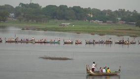 游人有小船游览在U-Bein桥梁,缅甸- 2017年11月22日 股票录像