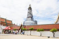 游人来崇拜Wat Phra Sri Mahatrat寺庙 库存照片