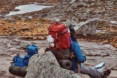 游人止步不前,当旅行在挪威的山时 免版税库存照片
