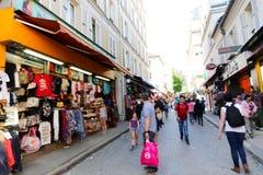 游人步行和纪念品商店巴黎的 库存图片