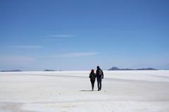 游人步行在盐沙漠 免版税库存照片