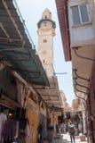 游人步行沿着向下通过dolorosa街道在老城耶路撒冷,以色列 免版税图库摄影