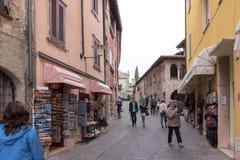 游人步行街道和在Sirmi检查地方吸引力 免版税库存照片