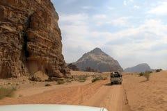 游人汽车在约旦的沙漠 库存图片