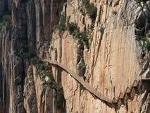 游人沿'Caminito del Rey'走(国王的路) 免版税库存照片