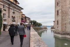 游人沿堤防走在S的Castello Scaligero墙壁附近 免版税图库摄影