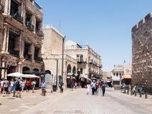 游人沿奥马尔本elHatab街道走在贾法角门附近并且观看视域在老城耶路撒冷,以色列 免版税库存图片