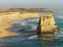 游人沿海滩走在澳大利亚` s十二传道者附近 图库摄影