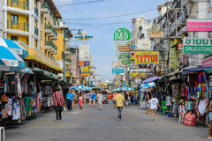 游人沿背包徒步旅行者避风港Khao圣路走 免版税库存照片
