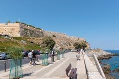 游人沿路走到老堡垒在罗希姆诺镇附近 免版税库存图片