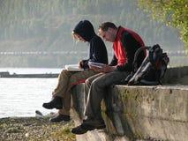 游人沿贝加尔湖坐 免版税库存图片