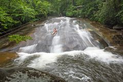 游人滑下来北卡罗来纳瀑布 图库摄影