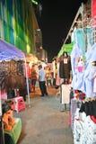 游人漫步在夜市场上 免版税库存照片