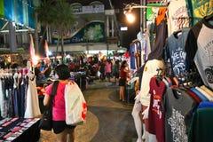 游人漫步在夜市场上 免版税库存图片