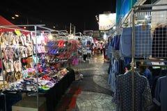 游人漫步在夜市场上 免版税图库摄影