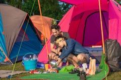 游人烹调在帐篷前面的早餐 库存图片