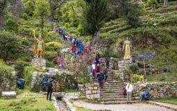 游人爬上老印加步到寺庙在Yimani, 免版税图库摄影