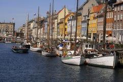 游人生活和NYHAVN渠道在哥本哈根 免版税库存图片