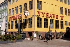 游人生活和NYHAVN渠道在哥本哈根 库存照片